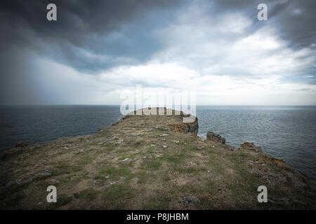 Cliff Head. Wunderschöne Landschaft des dramatischen Pembrokeshire Küsten, South Wales, UK. Malerische Landschaft der britischen Küste. dunkel und Moody Himmel mit Wolken. - Stockfoto