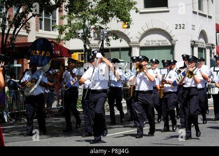 NEW YORK, NY - AUGUST 21: NYPD Band marschiert in der 36Th Indien Day Parade auf der Unabhängigkeit Indiens Tag auf der Madison Avenue, Manhattan, NY feiern