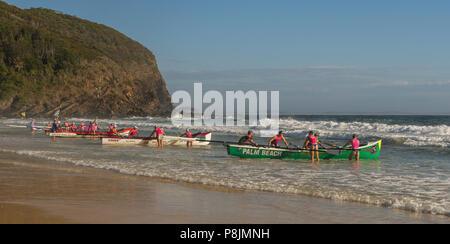 Pacific Palms, New South Wales, Australien. Februar 25, 2018. Kampf der Boote, unbekannter Boot Surf Ruderer, um das Wasser in NSW Australien. - Stockfoto