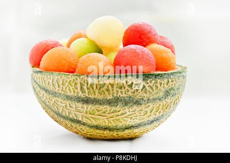 Vier verschiedene Arten von Melone in Ball in der Haut eines Jahrhunderts - Melone erstellen ein buntes Bild mit einem hellen Hintergrund zu Anzeige Kopie Raum - Stockfoto