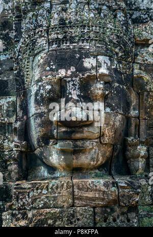 Stein des Buddha auf dem Turm der alten Tempel von Angkor Tom in Kambodscha. - Stockfoto