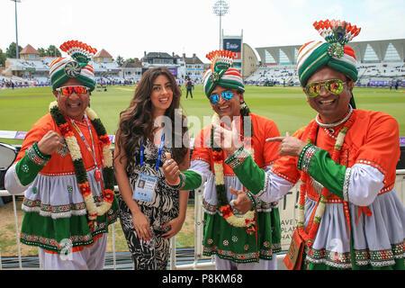 Trent Bridge, Nottingham, England, UK. 12. Juli 2018. 1. ODI, Royal London eintägiger Serie England V Indien; Indien Fans in voller Kleid Credit: Aktuelles Bilder/Alamy leben Nachrichten - Stockfoto