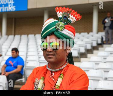 Trent Bridge, Nottingham, England, UK. 12. Juli 2018. 1. ODI, Royal London eintägiger Serie England V Indien; Indien fan Uhren sein Team warm up Credit: Aktuelles Bilder/Alamy leben Nachrichten - Stockfoto