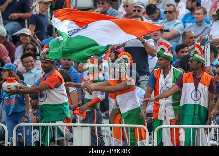 Trent Bridge, Nottingham, UK. 12. Juli 2018. Internationaler Tag Cricket, zwischen England und Indien; Indische Fans feiern vier Durchläufe von ihrem Team Credit: Aktion Plus Sport Bilder/Alamy leben Nachrichten - Stockfoto