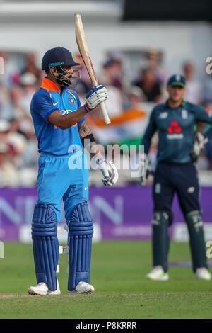 Trent Bridge, Nottingham, UK. 12. Juli 2018. Internationaler Tag Cricket, zwischen England und Indien; Virat Kohli von Indien feiert zählenden 50 Durchläufen Credit: Aktion Plus Sport Bilder/Alamy leben Nachrichten - Stockfoto