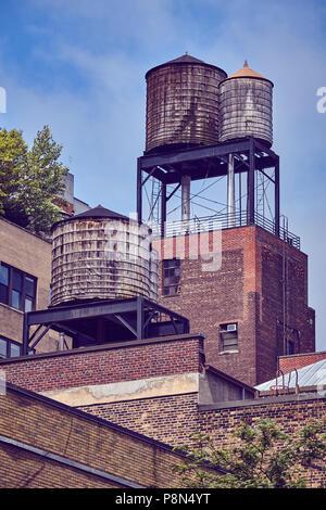 Wassertanks auf dem Dach, einer der Stadt New York Symbole, Farbe getonte Bild, USA. - Stockfoto