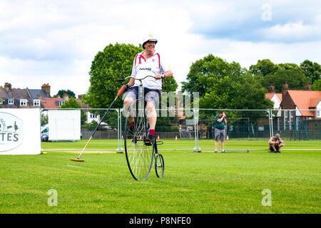 Penny Farthing polo Spieler mit einem Hammer auf ein Spiel der Welt Radfahren Revival Festival 2018, London, UK - Stockfoto