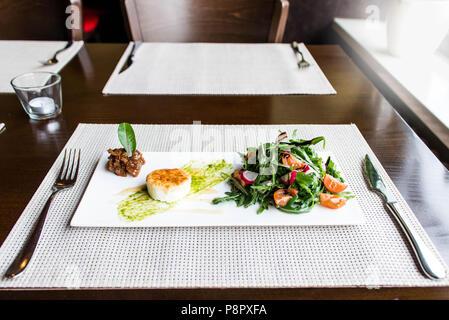 Gesunde Gemüse Sommer Salat, frisches Gemüse und Dressing mit gegrillten Käse flambiert auf einer Platte angeordnet - Tisch - Stockfoto