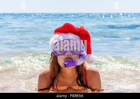 Strand Ferienhäuser spaß Frau das Tragen einer Maske tube und Mütze zum Schwimmen im Meer Wasser. Nahaufnahme Porträt eines Mädchens in ihrer Reisen Urlaub. - Stockfoto