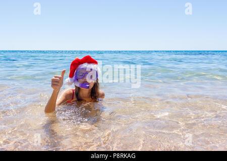 Strand Ferienhäuser spaß Frau das Tragen einer Maske tube und Mütze zum Schwimmen im Meer Wasser. Nahaufnahme Porträt eines Mädchens in ihrer Reisen Urlaub. Kopieren Sie s - Stockfoto