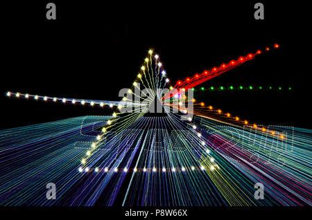 Zoom Burst, trügerische Bild der Begriff der Dispersion weißes Licht durch ein Prisma mit unterschiedlichen Farbe präsentiert LED-Glühbirnen über schwarzen Hintergrund. - Stockfoto