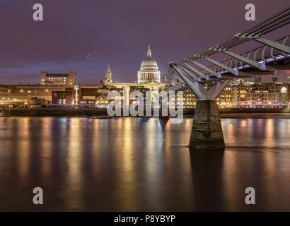 Lange Belichtung Landschaft Blick auf die St. Pauls Kathedrale und der Londoner Millennium Fußgängerbrücke in der Nacht mit Beleuchtung in der Themse wider