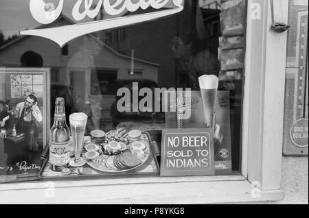 "Anmelden Bierstube Fenster, ""kein Bier verkauft, Indianer, Sisseton, South Dakota, USA, John Vachon, Farm Security Administration, September 1939 - Stockfoto"