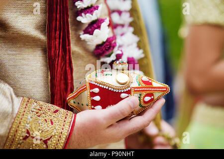 Erstaunlich hinduistischen Hochzeitszeremonie. Details der traditionelle indische Hochzeit. Wunderschön eingerichtete hinduistischen Hochzeit Zubehör. Indische ehe Traditionen. - Stockfoto