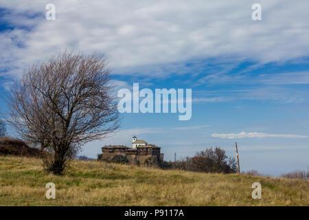 Herbst Landschaft mit Glozhene Kloster St. George von weit weg. Dies ist aus dem 13. Jahrhundert alte Gebäude aus Stein und Holz in Bulgarien. Orthodoxe Kloster - Stockfoto