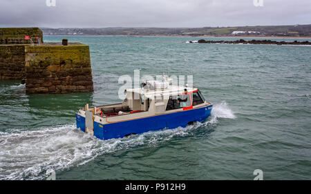 Passagier amphibische Boot verlassen St Michael's Mount in Cornwall, UK am 1. März 2016 getroffen - Stockfoto