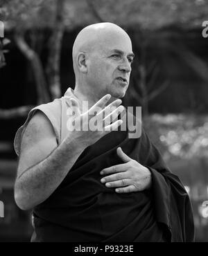 Mönch Mathieu Ricard spricht während einer buddhistischen Puja am Jahrestag Tsunami Golden Buddha Beach auf Ko Phrathong Island, Thailand - Stockfoto