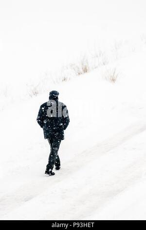 Mann zu Fuß die Straße in extremer Schnee und Kälte - Stockfoto