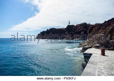 Leuchtturm auf den Klippen von Punta del Teno, Teneriffa, Kanarische Inseln, Spanien - Stockfoto