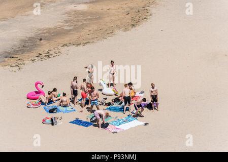 Eine große Gruppe der Jugendlichen, die sich auf einem Strand in Newquay in Cornwall.