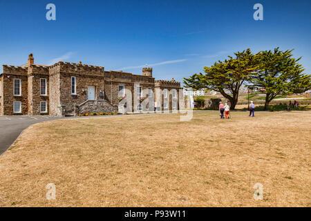 Vom 6. Juli 2018: Bude, Cornwall, UK-Bude Schloss, ein Museum und Heritage Center. In den von der Dürre betroffenen Rasen, vollständig Braun während der Juli h