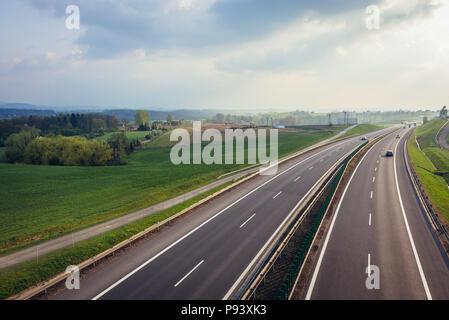Schnellstraße S52 in der Nähe von Bielsko-Biala Stadt in der Woiwodschaft Schlesien in Polen - Stockfoto