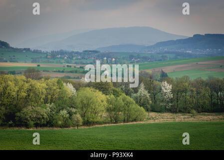 Luftaufnahme der ländlichen Landschaft in der Nähe von Bielsko-Biala Stadt in der Woiwodschaft Schlesien in Polen - Stockfoto