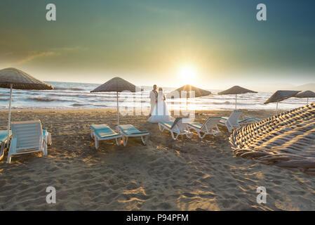 Braut und Bräutigam am Strand Hochzeit Paare heiraten - Stockfoto