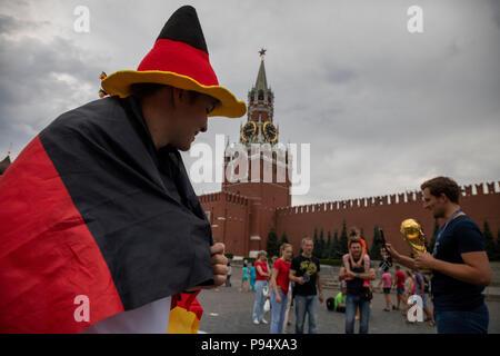 Moskau, Russland. 14., Juli, 2018. Deutscher Fußball-Fan zu Fuß rund um den Roten Platz in Moskau während der FIFA WM 2018 Russland - Stockfoto