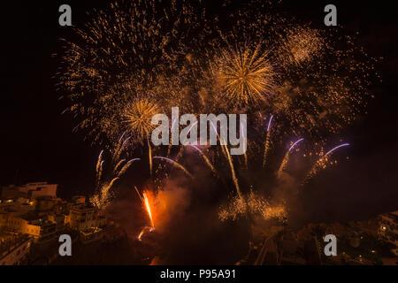 Puerto de Santiago, Teneriffa, 14. Juli 2018. Feuerwerk zu Ehren der Jungfrau del Carmen, die fishermens Schutzpatron startet die Fiesta Jahreszeit an der Westküste von Teneriffa, Kanarische Inseln, Spanien - Stockfoto