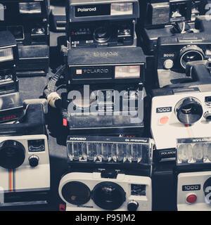 Berlin, Deutschland - Juli 2018: die Alten retro Kamera/vintage Polaroid Kamera Kollektion, auf Flohmarkt am Mauerpark in Berlin, Deutschland