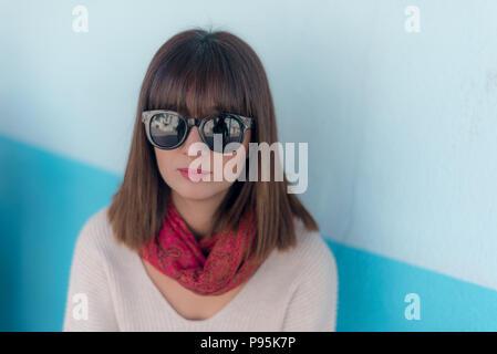 Junges Mädchen mit glassess lässig gekleidet Mitte Easterner modernen Mädchen mit Brille - Stockfoto