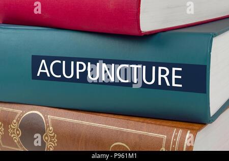 Ein Buch mit dem Titel Akupunktur auf dem Buchrücken geschrieben
