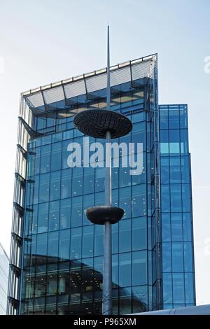 Futuristische Glas Bürogebäude in London Bridge City, auch mehr von London am Südufer der Themse, London England bekannt. - Stockfoto
