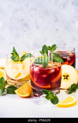 Weiß, rosé und rot Sangria mit Obst, Eis und Minze. Sommer Alkohol trinken und Zutaten. - Stockfoto