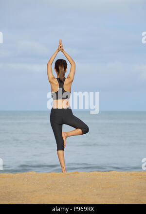 Junge Frau mit Yoga in der Natur, in der weibliche Glück, junge Frau Yoga am Strand - Stockfoto