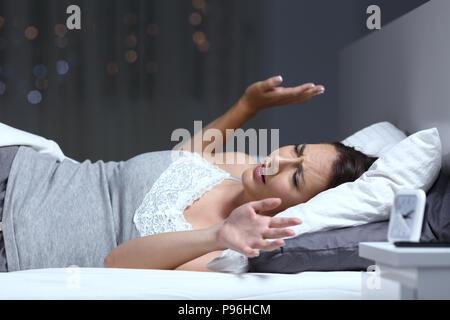 Frau, die ein Alptraum auf dem Bett in der Nacht zu Hause liegen - Stockfoto
