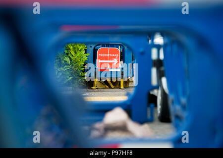 """Birmingham, Großbritannien. 15. Juli 2018. Kunststoff blau Schranken mit roten """"Fußgängerzone"""" Schild am Gehsteig als altes Eisen Gasleitungen werden mit haltbarer Kunststoff gelb Rohre in Birmingham, Sonntag, den 15. Juli 2018 ersetzt. Cadent, ehemals National Grid Gas Verteilung bekannt ist, sind die Durchführung wesentlicher gas Wartung in der Straße. Die Autofahrer wurden gewarnt, um Verzögerungen zu erwarten und eine alternative Route zu finden, wenn möglich. Credit: NexusPix/Alamy Live News Credit: NexusPix/Alamy leben Nachrichten - Stockfoto"""