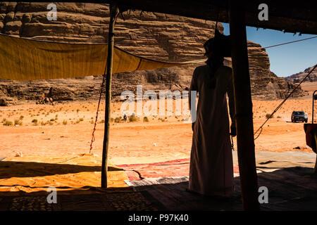 Arabische Beduinen Mann erwartet Kunden, Beduinenlager, Wadi Rum wüste Tal, Jordanien, Naher Osten - Stockfoto
