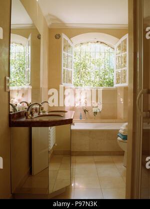 Ge ffneten fenster oben bad in franz sischer landhaus - Badezimmer franzosisch ...