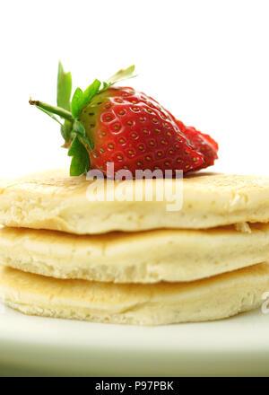 Stapel Pfannkuchen mit Erdbeeren auf der Oberseite, Makro Nahaufnahme. - Stockfoto