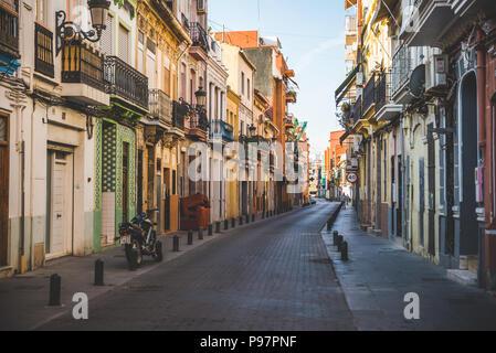 Valencia, Spanien - 05.18.2018: schmale Straßen von El Cabanyal Nachbarschaft in Valencia - Stockfoto