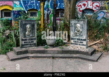 Berlin-Friedrichshain, RAW-Gelände. Denkmal zur Erinnerung an den kommunistischen Abgeordneten Franz Stenzer & Ernst Thälmann, der von den nationalen ermordet wurden. - Stockfoto