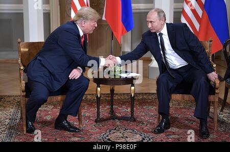 Helsinki, Finnland. 16. Juli 2018. Der russische Präsident Wladimir Putin, rechts, schüttelt Hände mit US-Präsident Donald Trump am Anfang einer bilateralen Sitzung während der USA-Russland Gipfel im Präsidentenpalast Juli 16, 2018 in Helsinki, Finnland. Credit: Planetpix/Alamy leben Nachrichten - Stockfoto