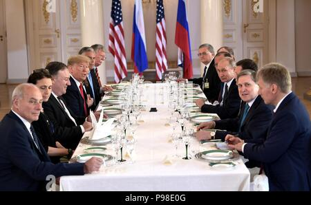 Helsinki, Finnland. 16. Juli 2018. Der russische Präsident Wladimir Putin, rechts, liegt gegenüber der US-Präsident Donald Trump während der gesamten Delegation, die in der USA-Russland Gipfel im Präsidentenpalast Juli 16, 2018 in Helsinki, Finnland. Credit: Planetpix/Alamy leben Nachrichten - Stockfoto