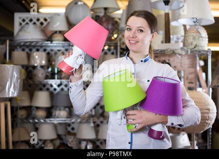 Vielzahl von modernem design lampen auf schreibtisch stockfoto bild