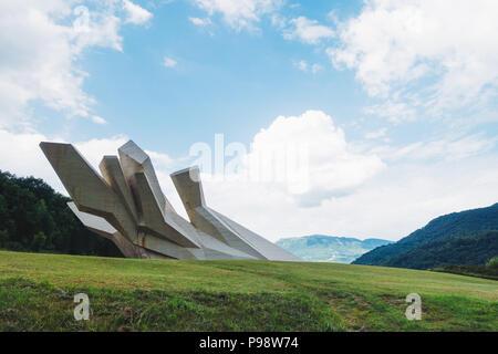 Ein gigantischer, undurchsichtig weißem Beton (spomenik Jugoslawischen Krieg Denkmal) sitzt in der sutjeska Nationalpark, Bosnien und Herzegowina - Stockfoto