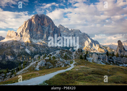 Abend von Sonnenlicht über Tofana de Rozes und Cinque Torri, Dolomiten, Veneto, Italien - Stockfoto