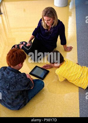Fünftes Sortierer verwenden, Internet und mobile Geräte wie ein Apple iPad ein Thema für die Klasse zu erforschen. Die Forschung ist dann für das Schreiben ein Papier auf dem Computer oder eine Powerpoint Präsentation verwendet. Al für eine gute Note in der Schule erhalten - Stockfoto