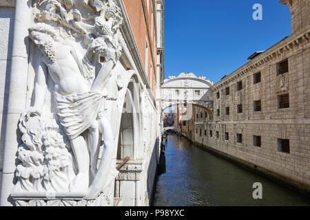 Seufzerbrücke und Skulptur in Venedig, blauer Himmel an einem sonnigen Tag in Italien, niemand - Stockfoto